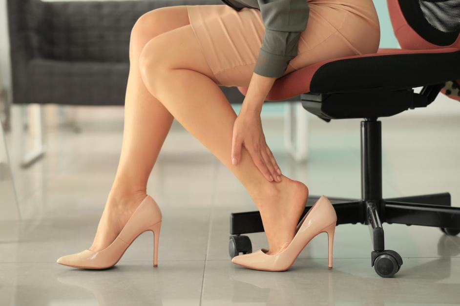 kaki pegal sepatu hak tinggi