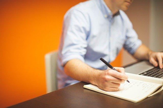 usaha warnet pria depan laptop strategi marketing