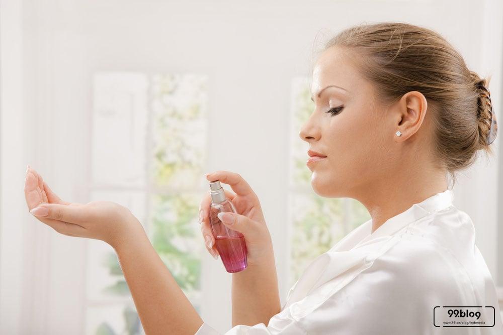 cara memakai parfum yang benar