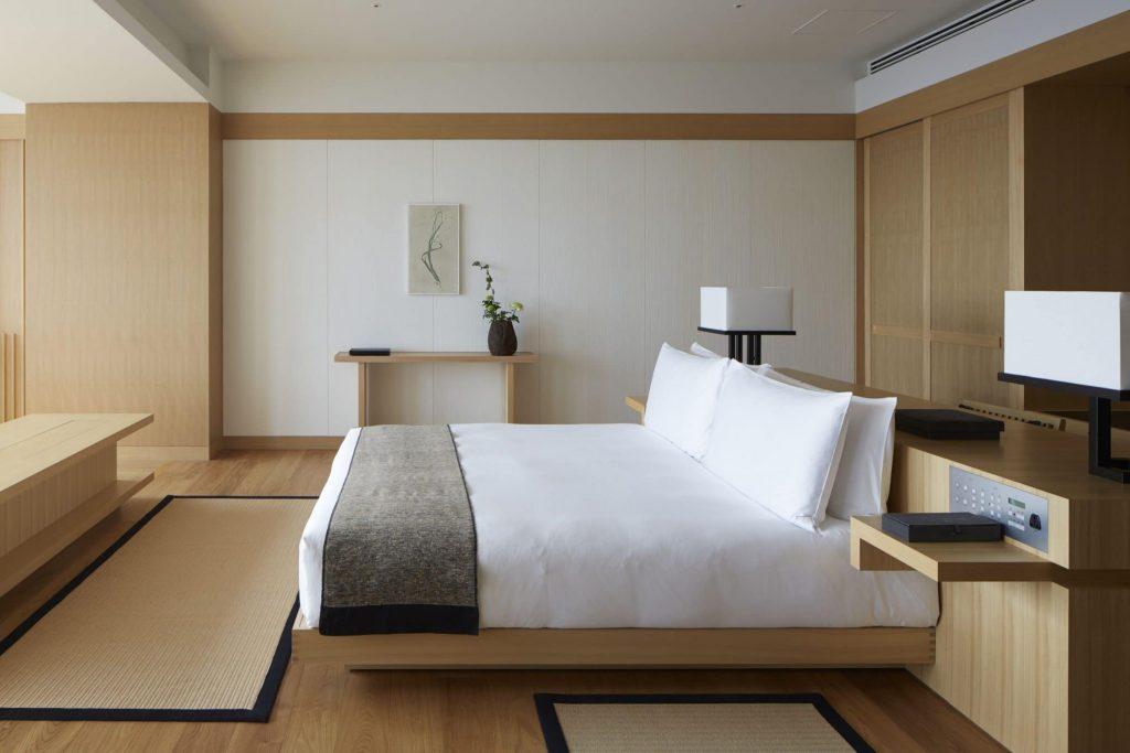 pajang perabotan sederhana ala kamar hotel mewah