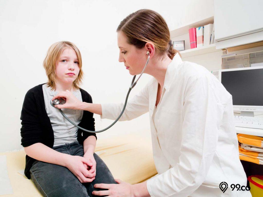 memeriksakan diri ke dokter
