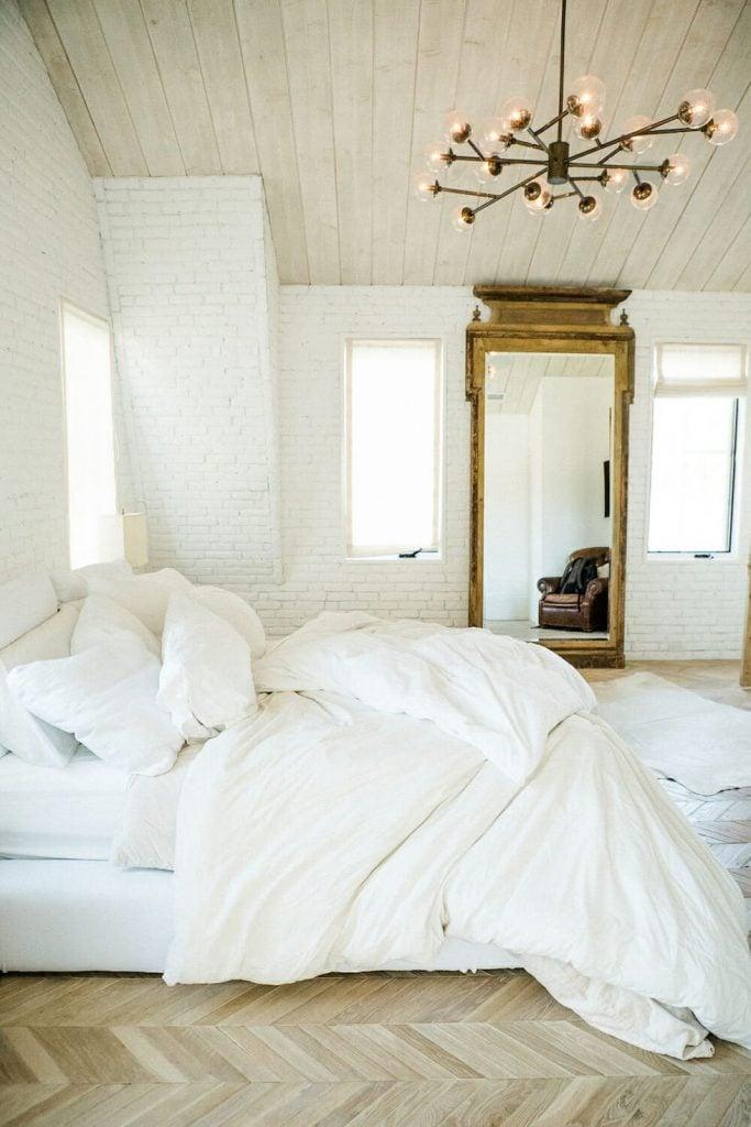 kamar minimalis berwarna putih polos