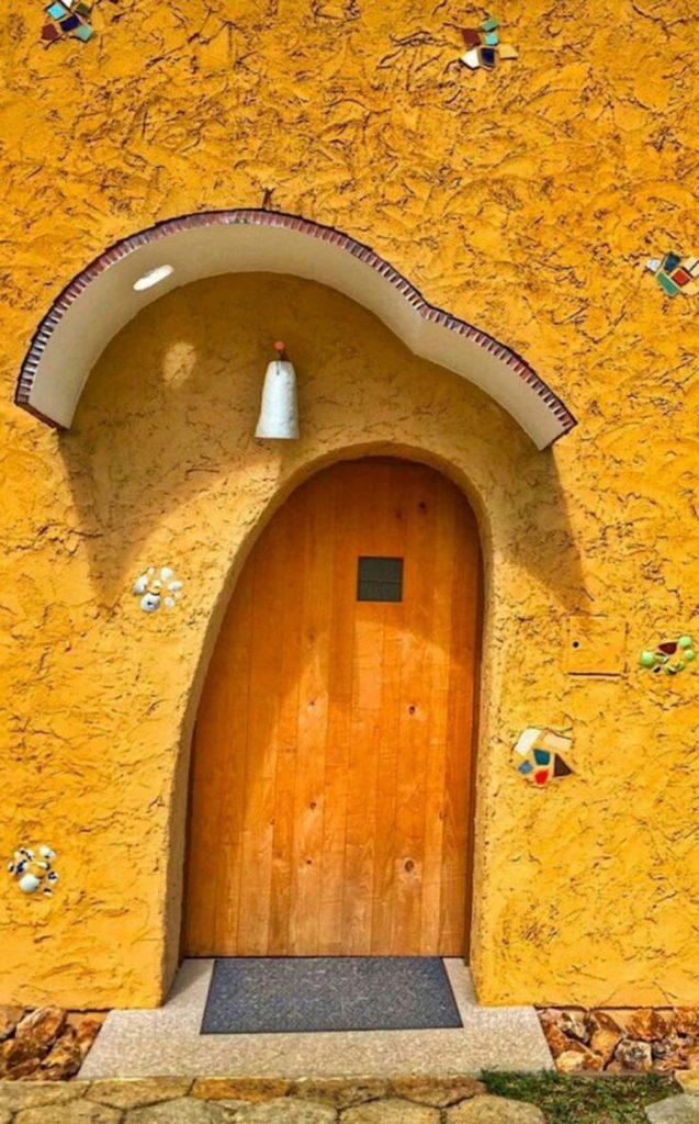 pintu kayu unik