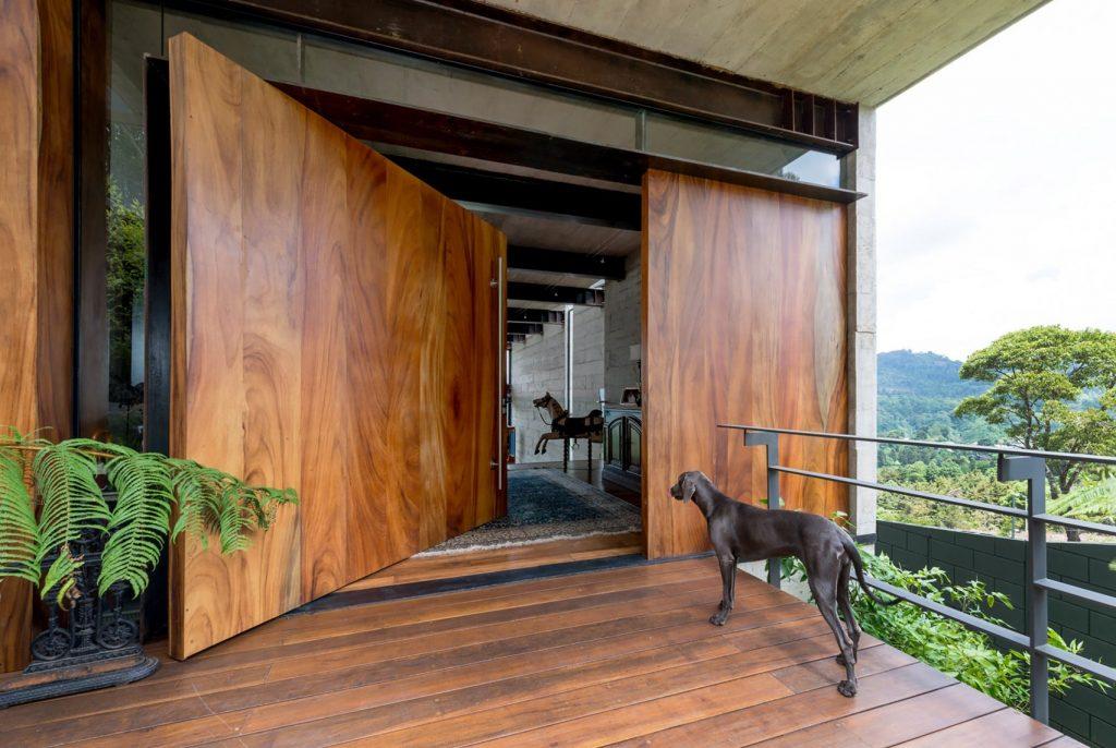 pintu kayu besar