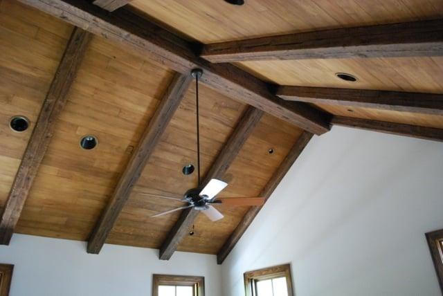 plafon kayu berbentuk balok