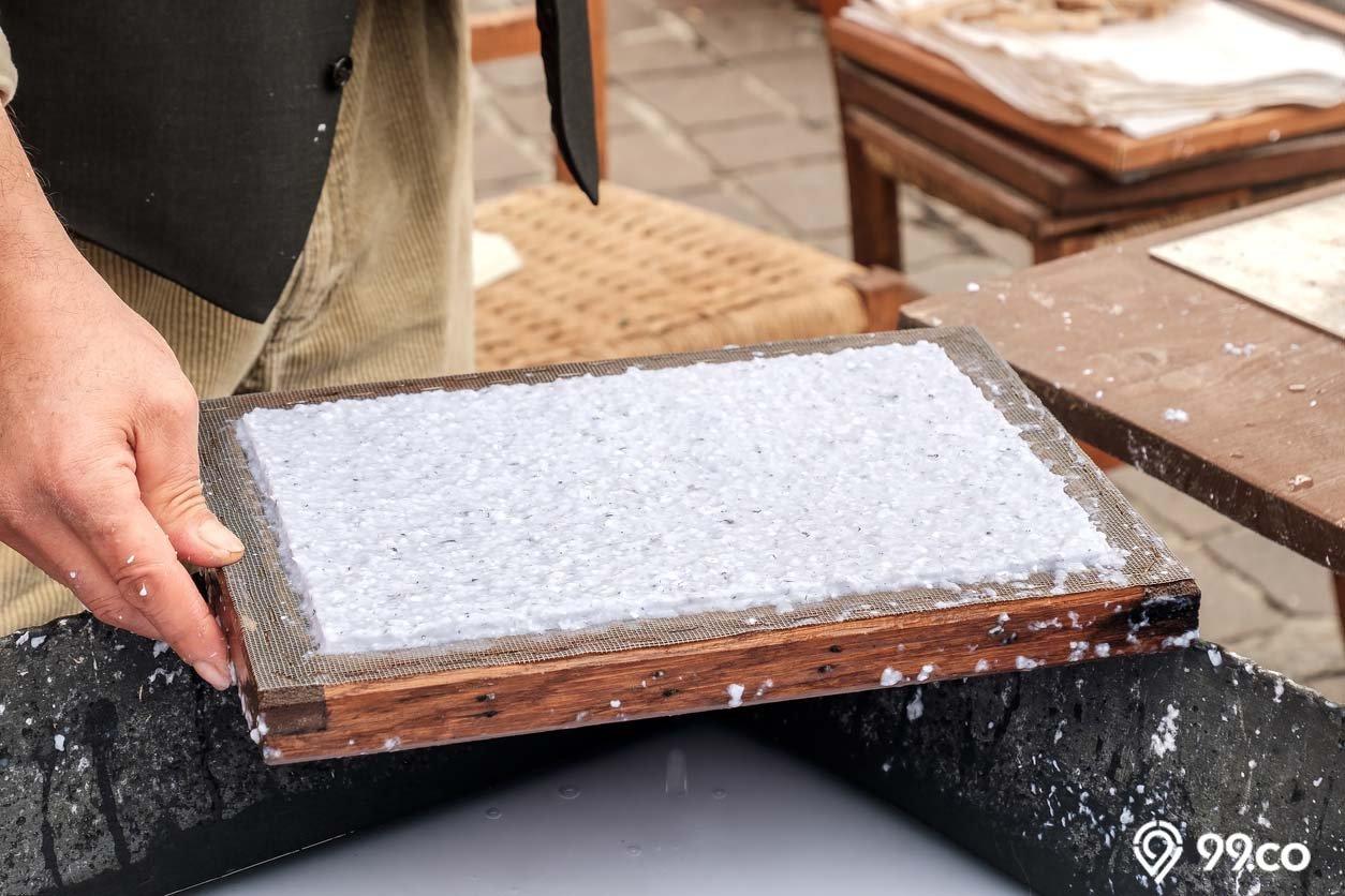 2 Cara Membuat Kertas Daur Ulang Sendiri Mudah Dilakukan Kok