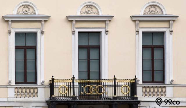 9 Inspirasi Desain Railing Balkon Kayu Terbaik | Dari Gaya Kolonial sampai Rustic