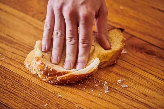 roti tawar untuk bersihkan pecahan kaca