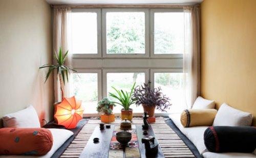 7 Inspirasi Ruang Keluarga Lesehan Antimainstream Terasa Luas