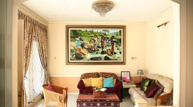 ruang tamu dengan earthy tone