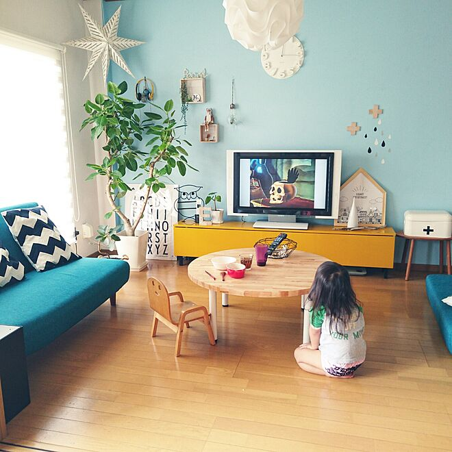 ruang tv warna biru tosca