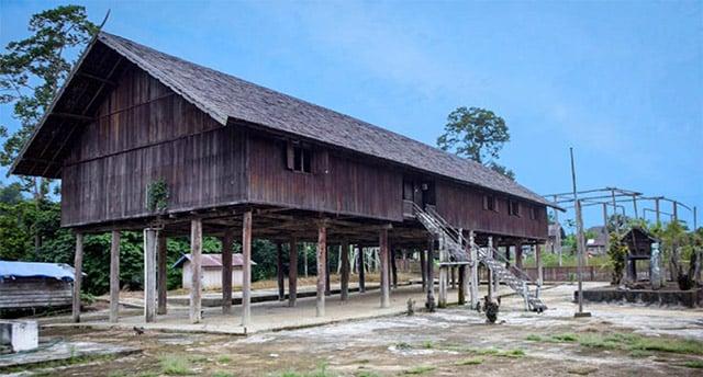 rumah panjang khas suku dayak