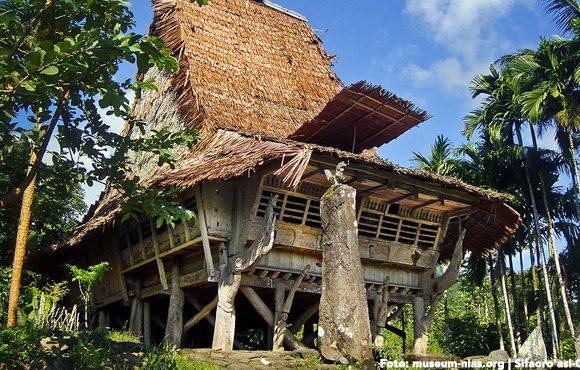rumah adat nias tahan gempa