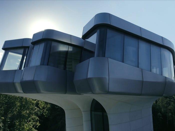 rumah unik bentuk pesawat luar angkasa