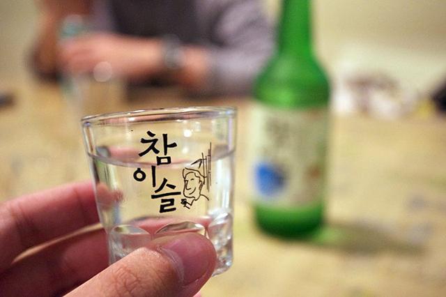 menghilangkan bau sampah basah dengan alkohol