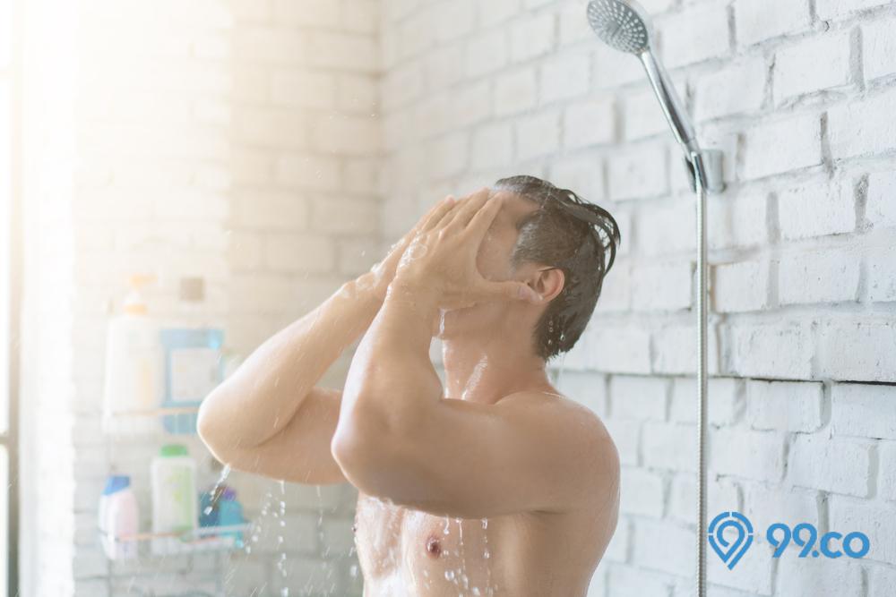 cara menghilangkan bau badan pria sedang mandi