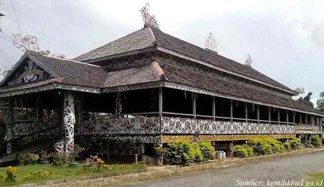 rumah adat lamin