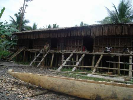 rumah adat suku asmat
