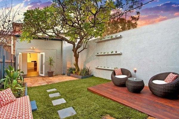 taman belakang dan ruang santai