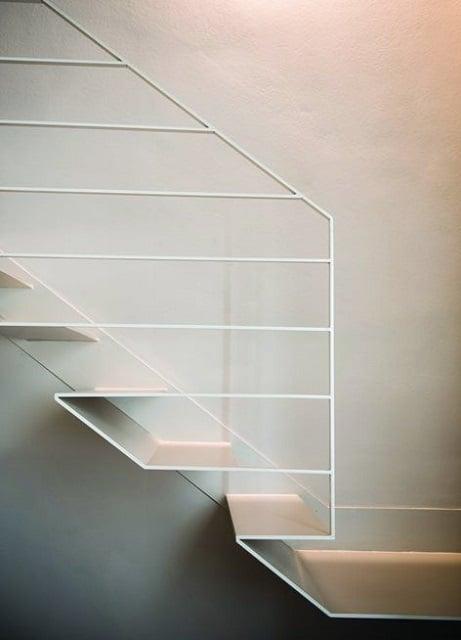 tangga minimalis putih