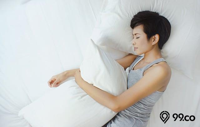 tidur dengan bantal di bawah