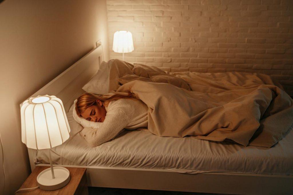 tidur ditemani lampu menyala