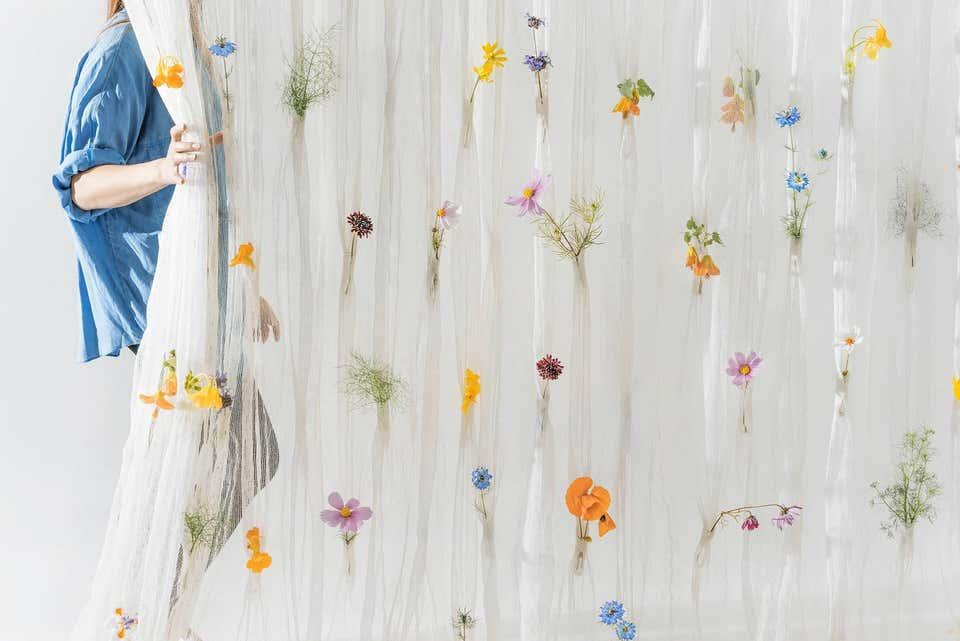 tirai putih aksen bunga