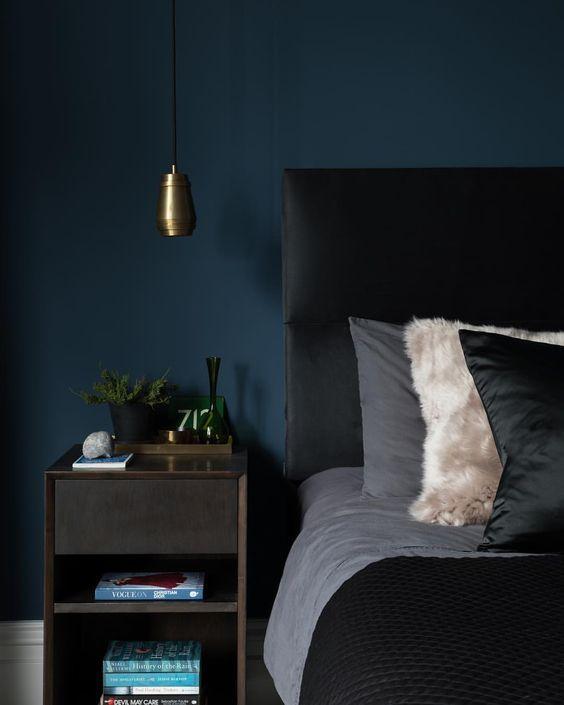warna cat kamar biru tua yang menenangkan