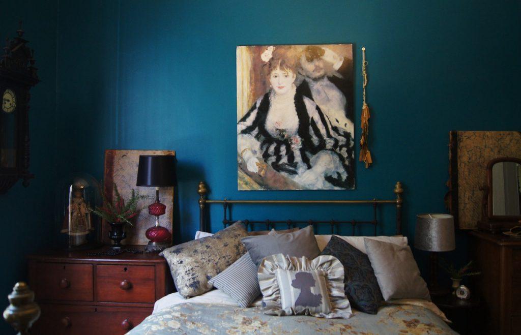 kamar royal blue elegan
