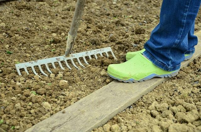 menyuburkan tanah