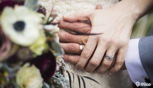 tangan pengantin wanita menggenggam tangan pengantin pria
